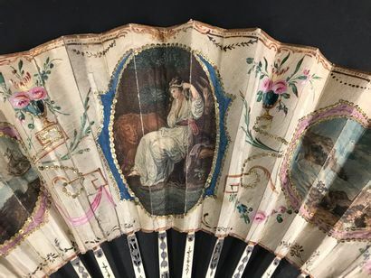 Deux éventails, vers 1780 *L'un, la feuille en soie ornée de trois gravures. Au...