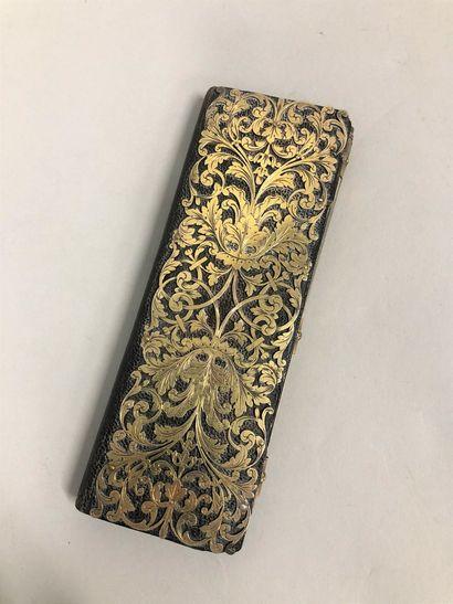 Calepin en cuir noir recouvert de cuivre découpé et doublé de moire noire.  Porte...