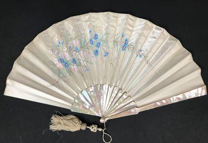 Bleuets, vers 1900  Éventail plié, la feuille...