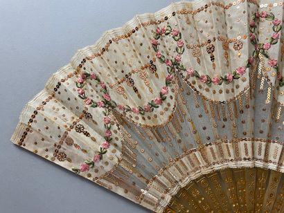 Roses en rubans, vers 1900-1920  Petit éventail, la feuille en soie cousue de paillettes...