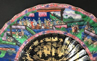 Audiences, Chine, XIXe siècle  Éventail plié, la feuille double en papier peint...