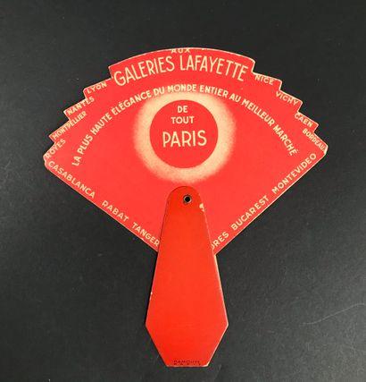 Les Galeries Lafayette, vers 1930  Curieux écran en carton, imprimé de la carte...