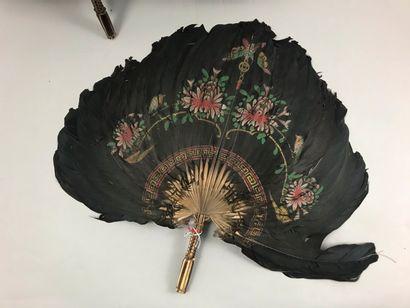 Deux écrans, Chine, XIXe siècle  Paire écrans à main en plumes noires peintes de...