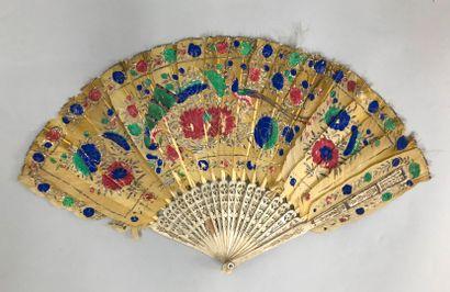 Trois éventails, vers 1890  *L'un asymétrique, en plumes. Monture en écaille brune**....