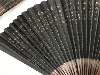 Deux éventails, Chine, XXe siècle  Éventails pliés, les feuilles en papier noir...