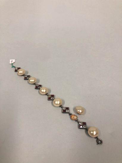 Bracelet en métal argenté monté de perles...