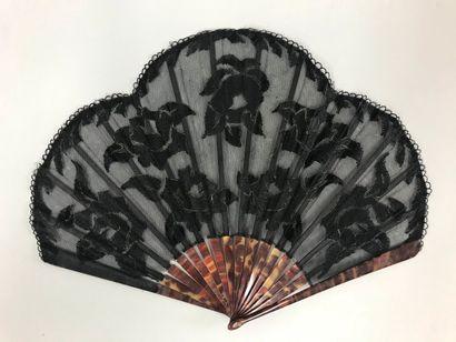 Fleurs noires brodées, vers 1920-1930  Éventail...