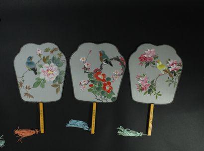 Neuf écrans à main, Chine, XXe siècle  Les feuilles en soie crème peintes de poissons,...