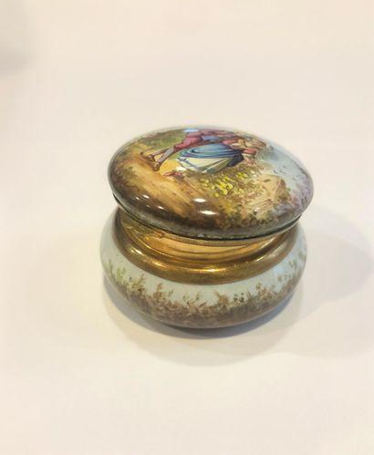 Boîte à pilules ronde, l'intérieur doré, décoré en plein d'un paysage et d'un couple...