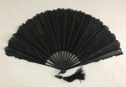 Paillettes, vers 1890  Éventail plié, la feuille en tissu orné de dentelle mécanique...