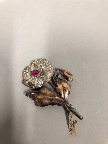 Lot de deux broches en métal doré et pierres fantaisies, l'une représentant un phénix...
