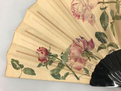 Roses en boutons, vers 1890  Grand éventail, la feuille en papier peint de roses....