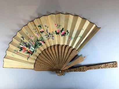 Santal, Chine, XIXe siècle Éventail plié, la feuille double en soie peinte d'une...