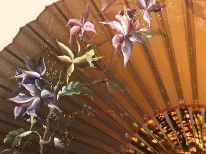 Orchidées, vers 1890  Grand éventail, la feuille en soie teinte en dégradé du brun...
