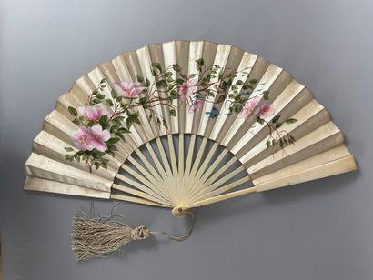 Églantines, violettes et muguets, fin XIXe siècle- début du XXe siècle  Trois éventails....