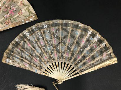 Broderie, vers 1920 - Deux éventails.  *L'un, la feuille en soie brodée d'un panier...