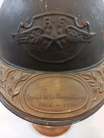 Insigne de pilote  Bronze  N°13542    On y joint un casque ADRIAN Modèle 1915, bleu...