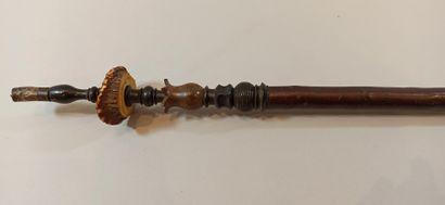 Lot de 6 pipes allemandes. 4 à fourneaux en porcelaine à motifs lithographiés de...