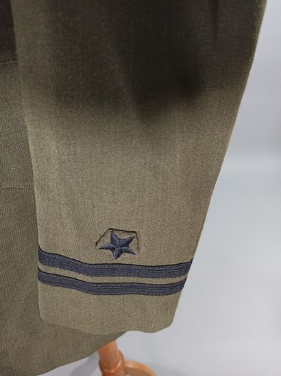 Lot de 2 vestes d'uniformes et coiffures de l'US Navy : une pour tenue d'été en...