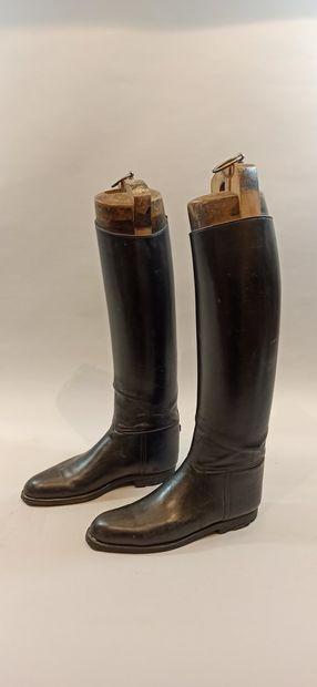 Deux paires de bottes de cavalerie en cuir noir. Une avec embauchoir.  Hauteur des...