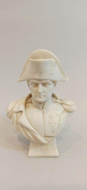 Buste de Napoléon Bonaparte en biscuit.  Début XXe.  Ht. : 12.50 cm.