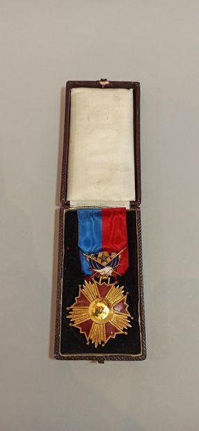 Croix de commandeur, en métal doré à quinze pointes, émaillée rouge, la partie centrale...
