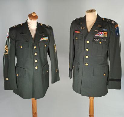 Lot de 2 vestes d'uniformes de l'US Army : une de colonel des Rangers avec patchs...