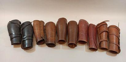 4 paires de brodequins en cuir d'origine civile ou militaire, une paire de bandes...