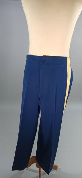 Deux uniformes américains en drap bleu nuit : Un d'officier d'infanterie avec brevet...