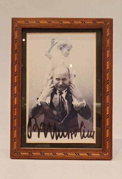 « Général Pershing, général Chaffee, Bénito Mussolini » :  - un encadrement contenant...