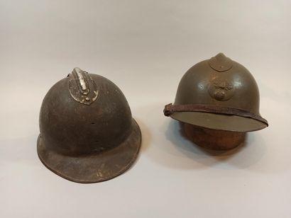 Deux casques Adrian modèle 26. Un complet avec insigne de l'Infanterie, jugulaire...