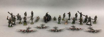 Lot de figurines comprenant :    QUIRALU...