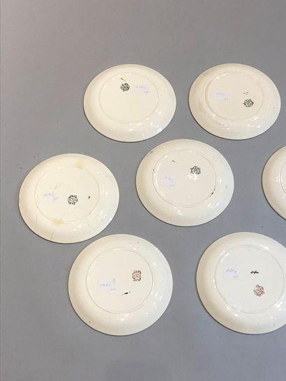CHOISY LE ROI  Onze assiettes en faïence à sujet militaire  Diam.: 20 cm  Fêles
