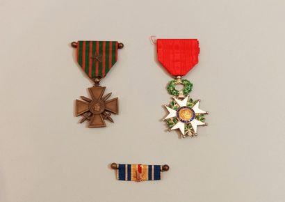 Ensemble de deux médailles :  - Insigne de...