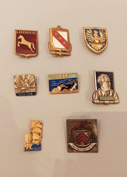 Huit insignes régimentaires