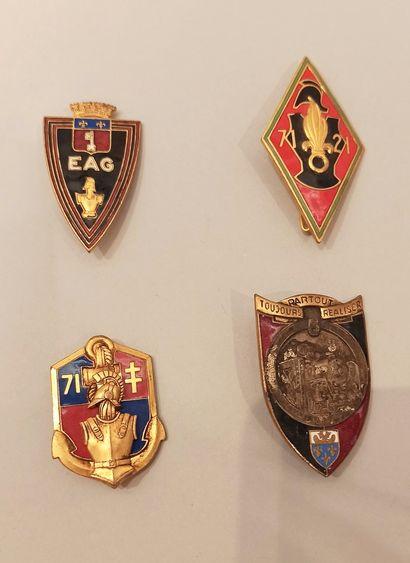 Quatre insignes régimentaires