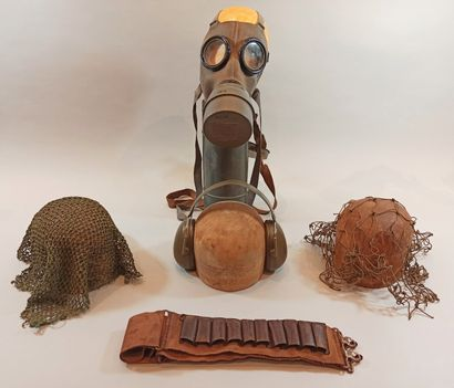 Lot militaria comprenant un masque à gaz de la D.P. dans on étui, 2 filets de camouflage...