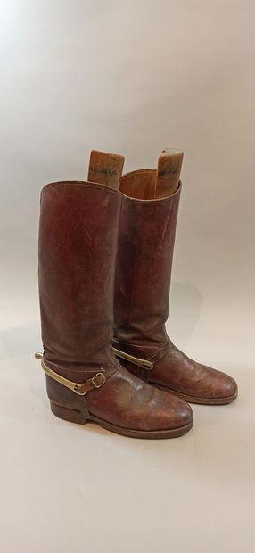 Deux paires de bottes en cuir bordeaux avec éperons.  Etat d'usage.
