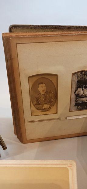 lot de 5 albums photos avec quelques photos de militaires, différents formats dont...