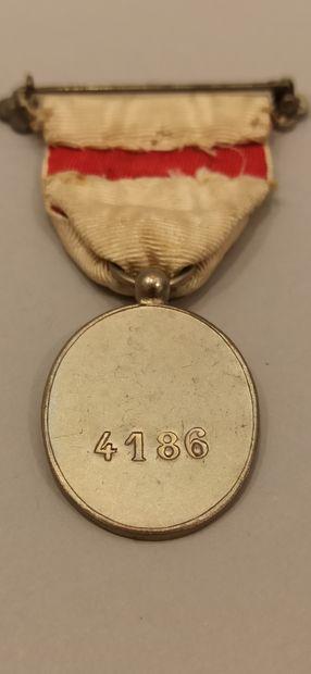 Deux médailles et un insigne :  Union des femmes de France, avec ruban (usure et...