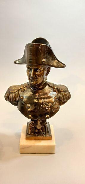 « Napoléon à cheval »  grand encrier de bureau en régule à patine brune.  31 x43...