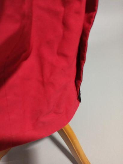 Uniforme de la magistrature comprenant : une robe rouge, 1 robe noire et 3 toques....