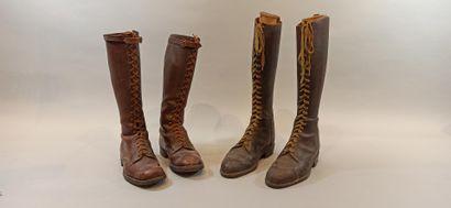 Deux paires de bottes lacées en cuir brun dite à l'aviateur, semelles cloutées....