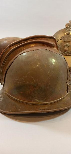 LOT comprenant:  - Casque Modèle 1885 VILLE DE BOURG BUCHY  - Casque Modèle 1885...