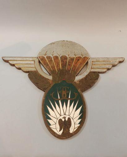 13e R.D.P.  Grand blason en bois peint et découpé en forme de brevet parachutiste...