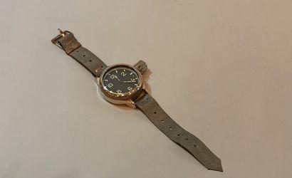 Montre bracelet militaire de plongée en acier.  Boîtier rond, couronne avec attache...