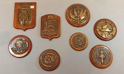 Huit tapes de bouche en bronze sur support...
