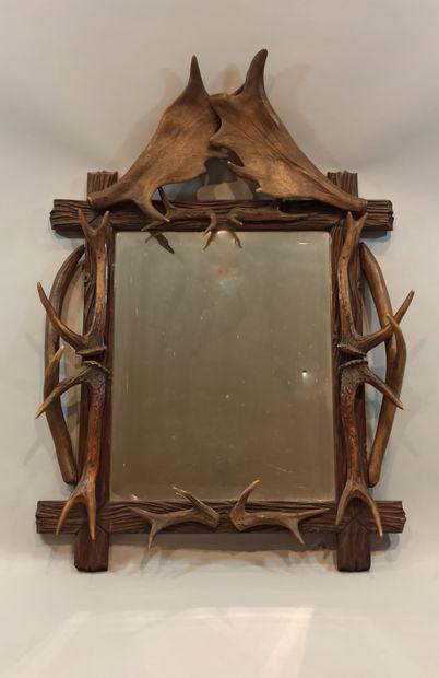 Miroir en bois sculpté et à décor de bois...
