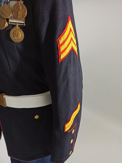 Uniforme de cérémonie de sergent de l'U.S.M.C. comprenant : une casquette à coiffe...