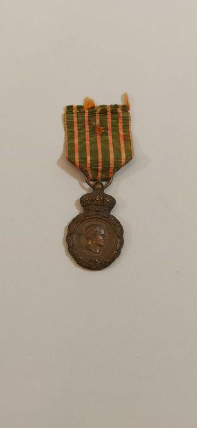 Médaille de Sainte Hélène en bronze, avec son ruban (usure).